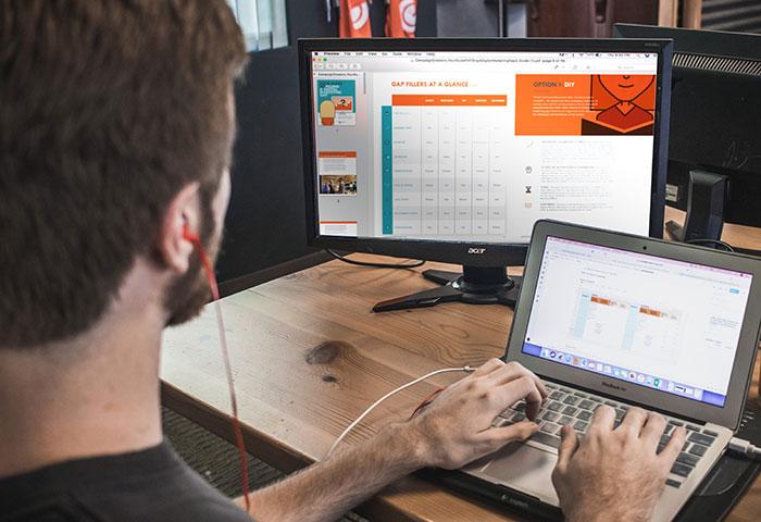 étudiant devant un ordinateur
