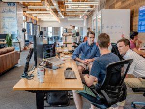 personnes qui travaillent dans un bureau
